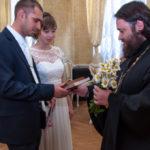 Священник поздравил молодоженов
